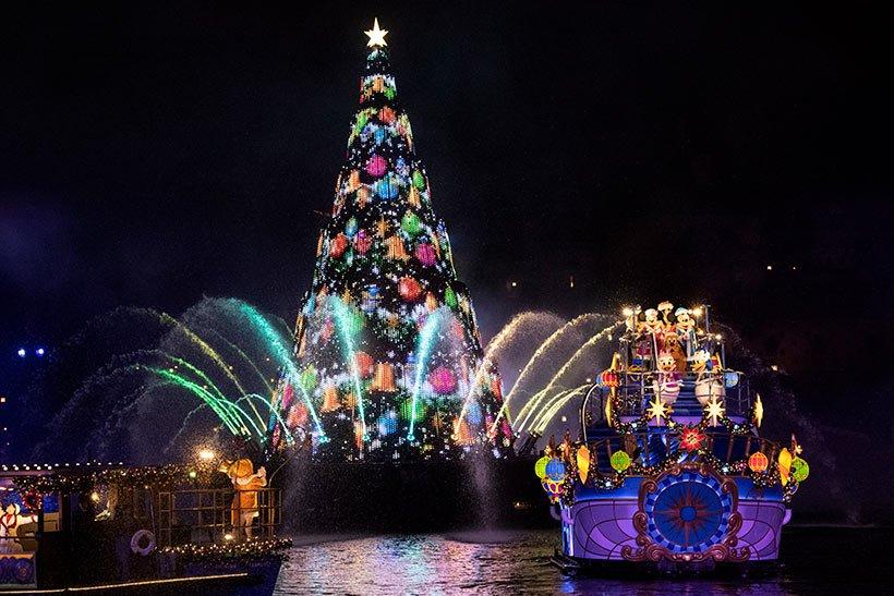 光り輝く幻想的な夜の水上エンターテイメント #カラーオブクリスマス クリスマスならではのイルミネーションが、夜のメディテレーニアンハーバーを一層ロマンティックに彩ります。 https://t.co/sjitSfJOAG  #ディズニークリスマス