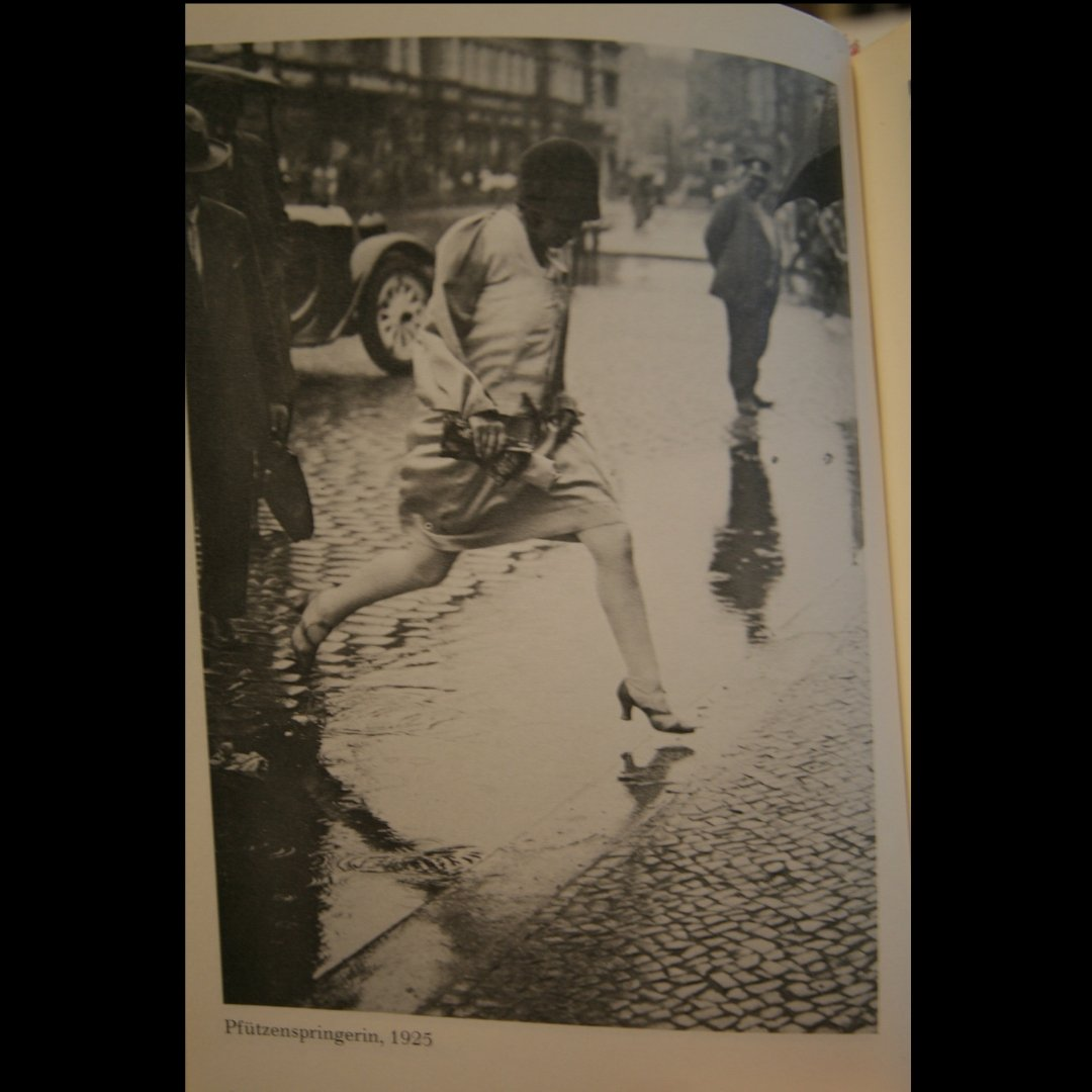 Does this 'puddle springer' in 1925 Berlin, have the flapper spirit? Something for a dull rainy commute to work.  #flapperspirit #1925 #flapper #jazzage #rainyday #vintageberlin #1920s http://ow.ly/qX8w30mTihJ : @charlestondancevintagehenpic.twitter.com/shDH40UN5q