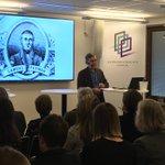 Image for the Tweet beginning: Anders Johnson presenterar tre olika