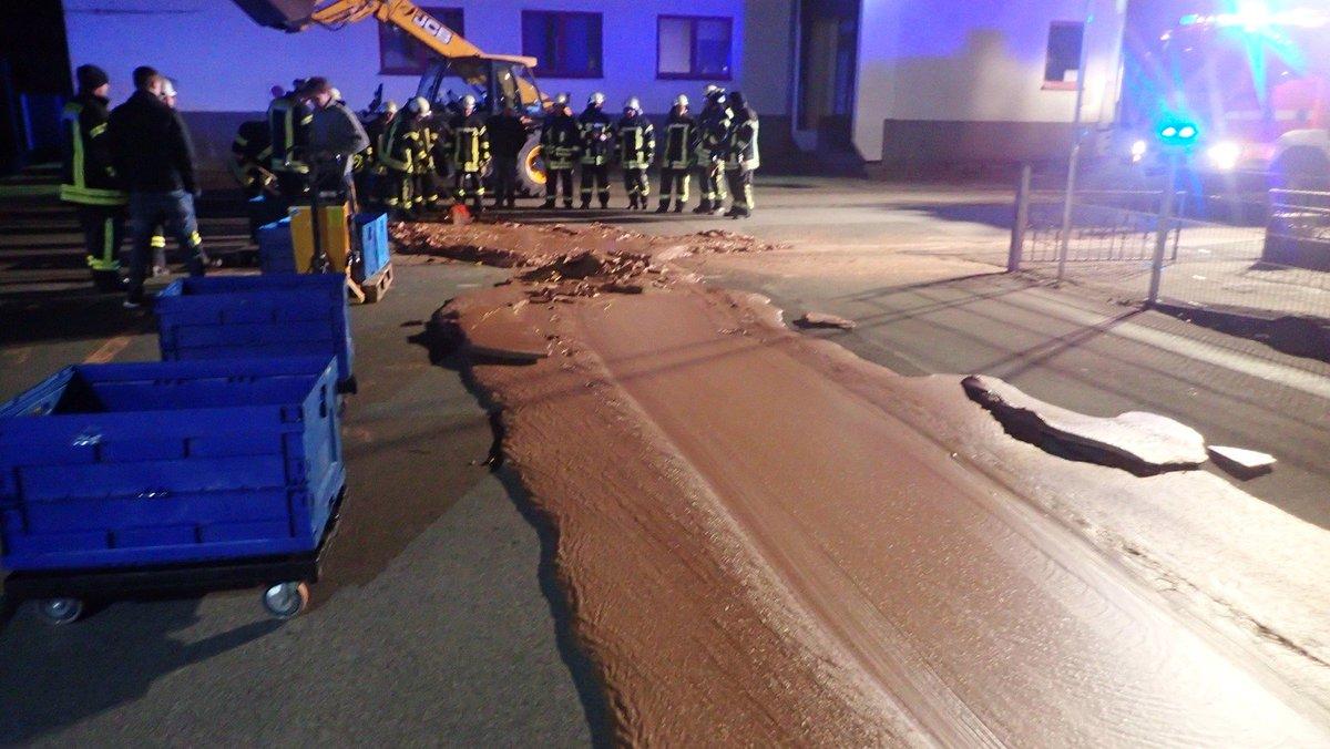 Rua fica coberta de chocolate após vazamento em fábrica na Alemanha https://t.co/wmrWBMxlYy #G1