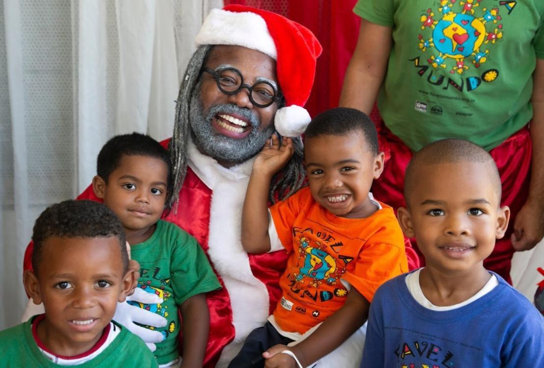 Papai Noel negro e de dreads visitou a Cidade de Deus ontem com o projeto Favela Mundo