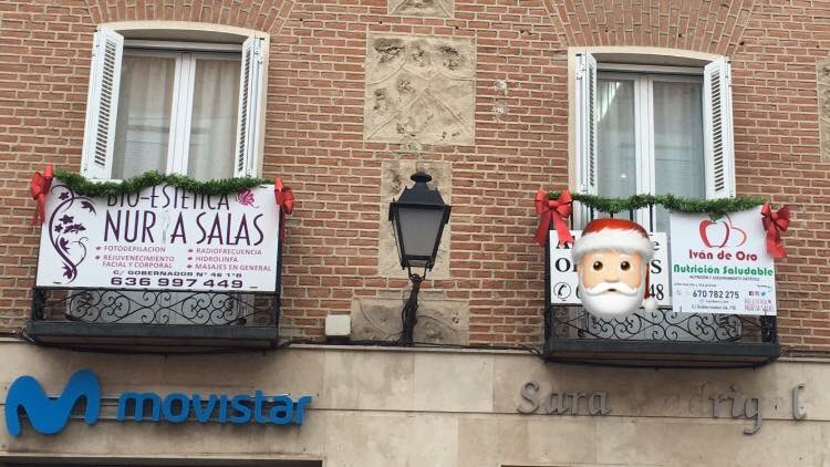 Imagenes Balcones Adornos Navidad.Ivan De Oro On Twitter Adornos Navidenos En La Fachada Y