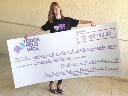 452e44108 ana furtado entrega cheque ao inca com valor arrecadado em bazar  beneficente feliz e emocionada