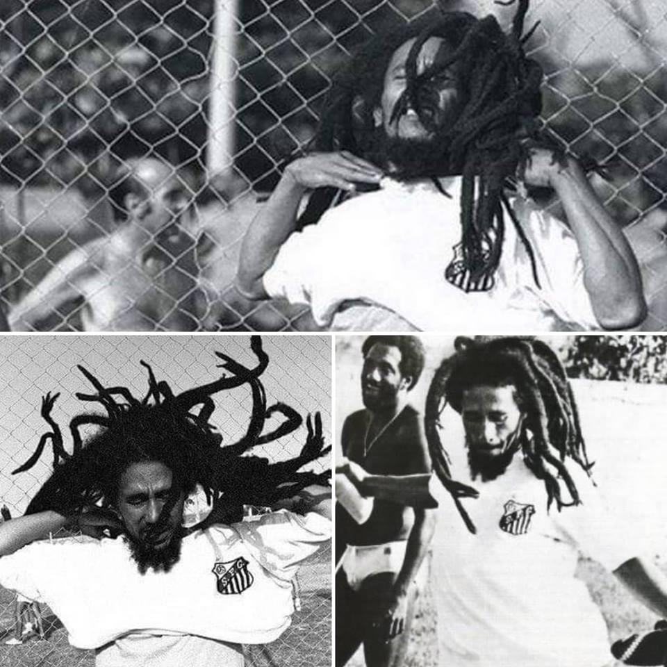 #TBT de hoje é com o Rei do Reggae!  @bobmarley recebeu o manto sagrado em 1980, em sua única visita ao Brasil. Sua adoração pelo Santos e por @Pele era mais que declarada. Além disso, o gênio afirmava que a Jamaica gostava de futebol por causa do Brasil.  Você faz falta, Bob! 🇯🇲