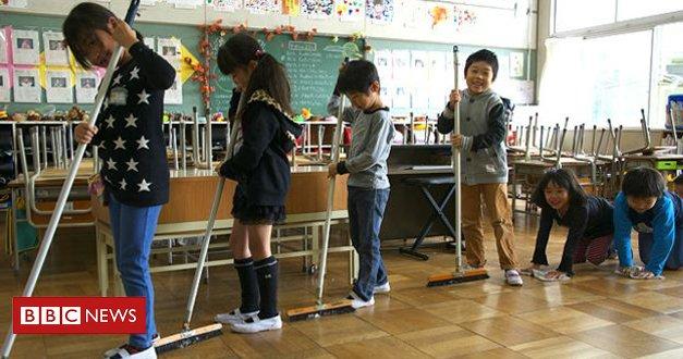 Aplicada nas escolas japonesas há várias gerações, prática de fazer serviço de limpeza ajuda na consciência social, dizem professores do país https://t.co/HvgDaXqIUf #ArquivoBBC
