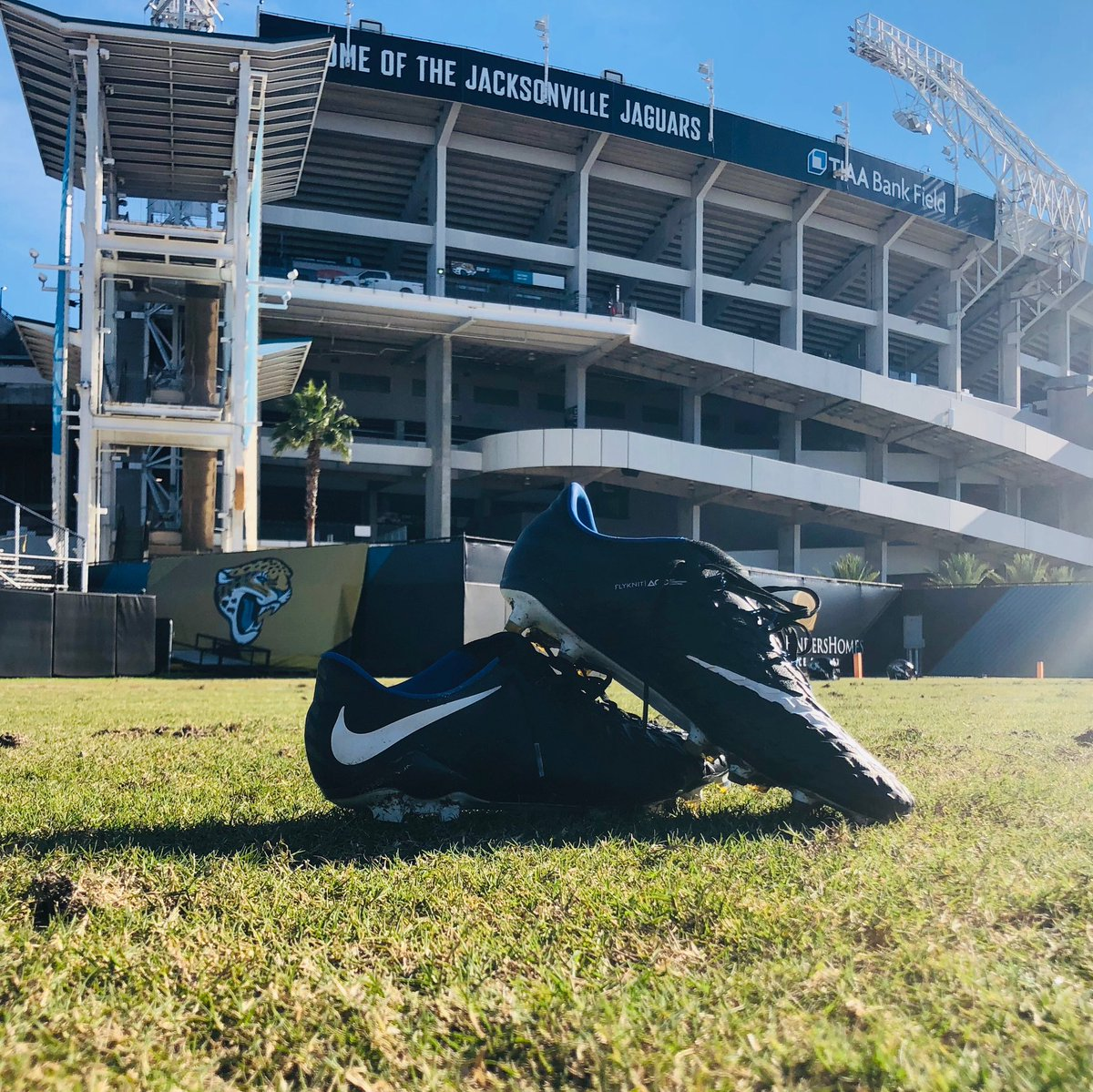 Pro Bowl votes count for DOUBLE today, so I want to give fans a chance to help me out & win the cleats I've worn all season 🤙🏼  RT for your chance to win!   (Or if you'd rather hear one of my famous dad jokes, that's available as an alternate prize)  #ProBowlVote + Josh Lambo