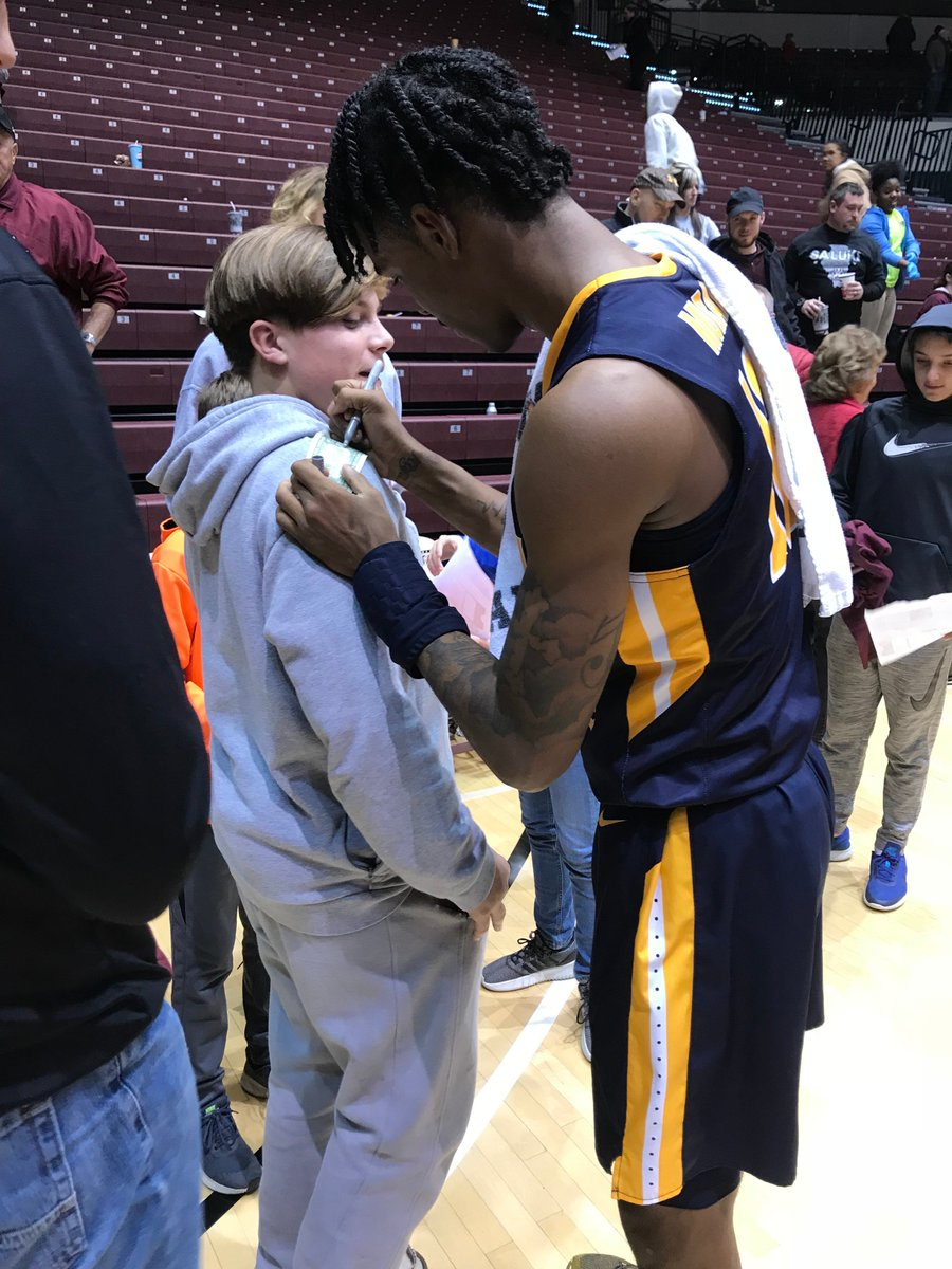 Get this! Ja Morant is out here after the game autographing DOLLAR BILLS for fans of the team he just played against.  Wild, but deserved. Morant was money: 23 points, 13 assists, 5 rebounds.  Murray State pounds SIU 80-52 <br>http://pic.twitter.com/pYZbqGGCuH