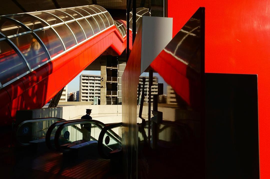 A red escalator + confusing reflections = #WHPNaturalLight instagram.com/p/BrTvPdShmFg/