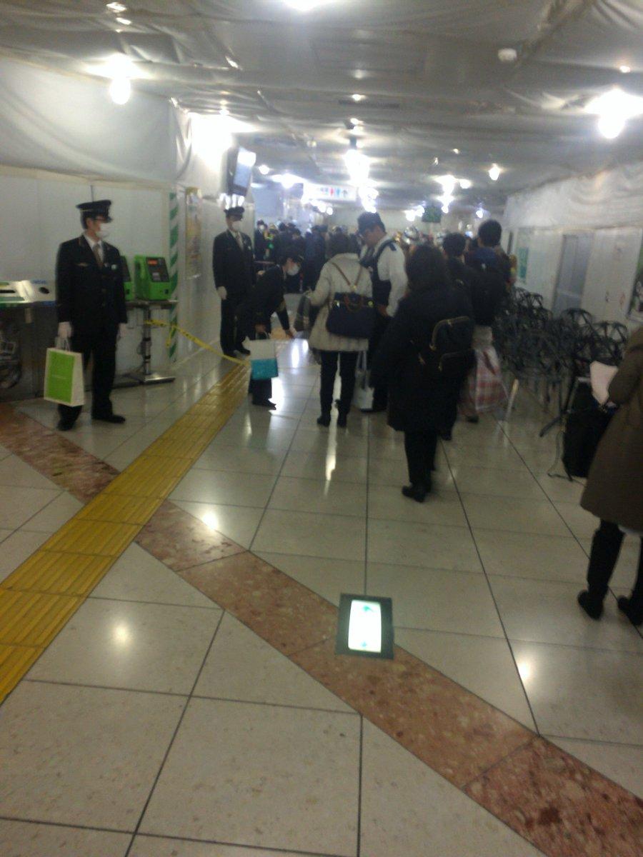東京駅地下の銀の鈴付近に異臭騒ぎで警察官らが駆けつけている現場画像
