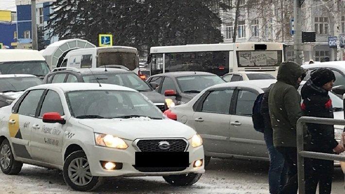 Самарские таксисты выступают против ценообразования агрегатора Яндекс.Такси https://t.co/O2kQ59ksde https://t.co/MioVHpe3iu