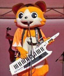 Togoshi Ginjiro (the cat mascot of Togoshi Ginza, Tokyo) plays the keytar.
