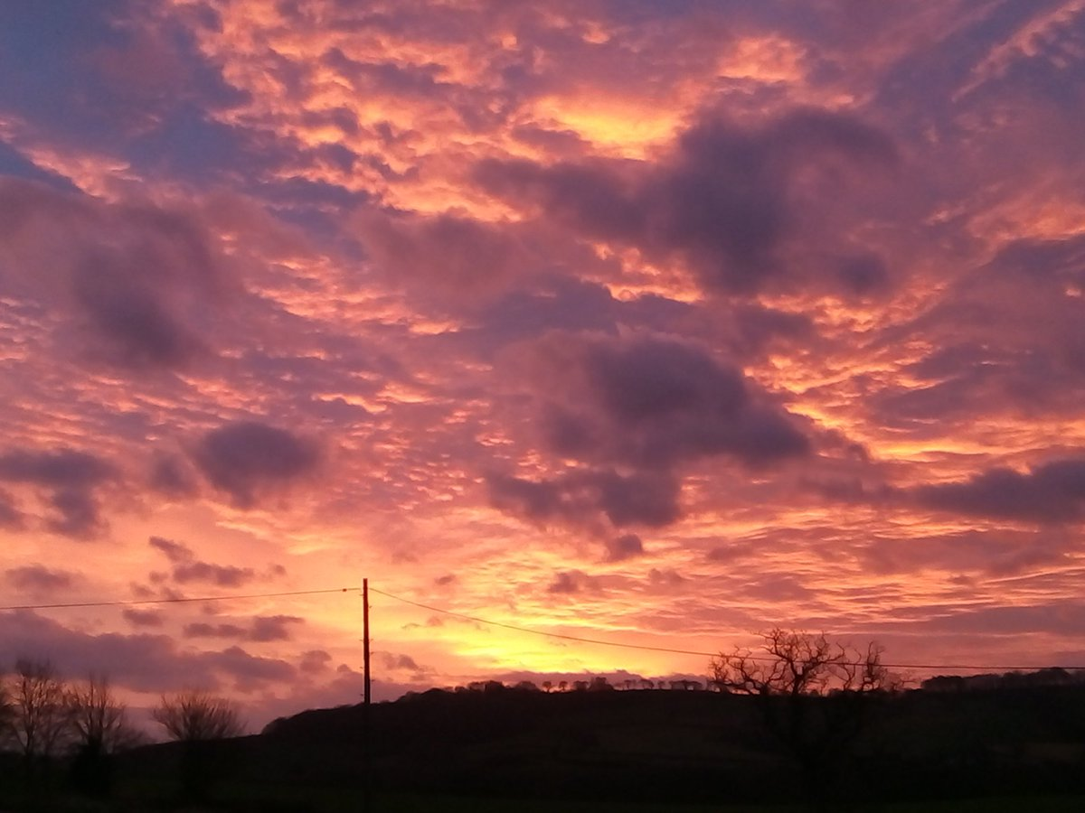 Red Sky over #Wiveliscombe &amp; #Milverton this morning.  #Somerset <br>http://pic.twitter.com/cQsWMNUFtA