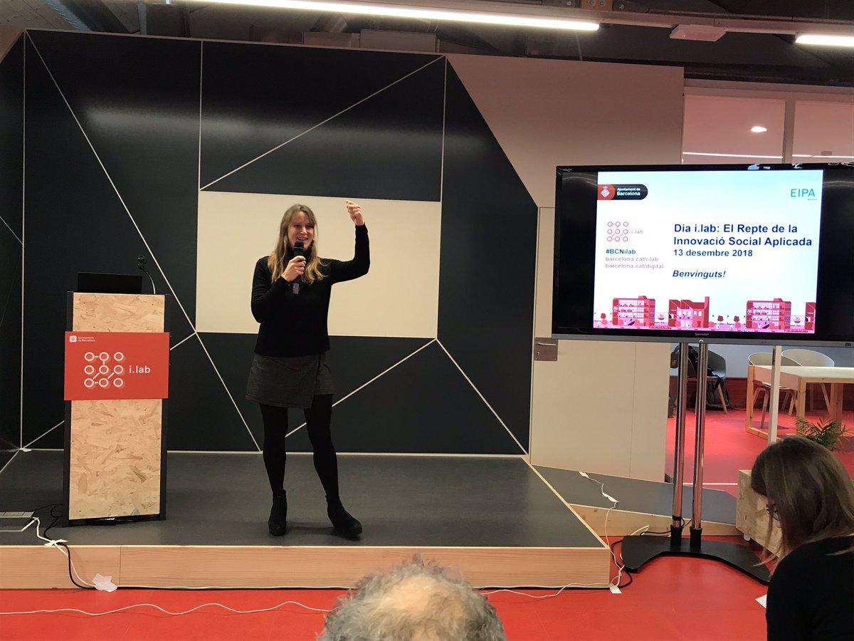 L' @ANNA_MAJO de @BCN_digital ens dona la benvinguda al primer Dia i.lab on treballarem els principals reptes de @barcelona_cat en l'àmbit social #BCNilab