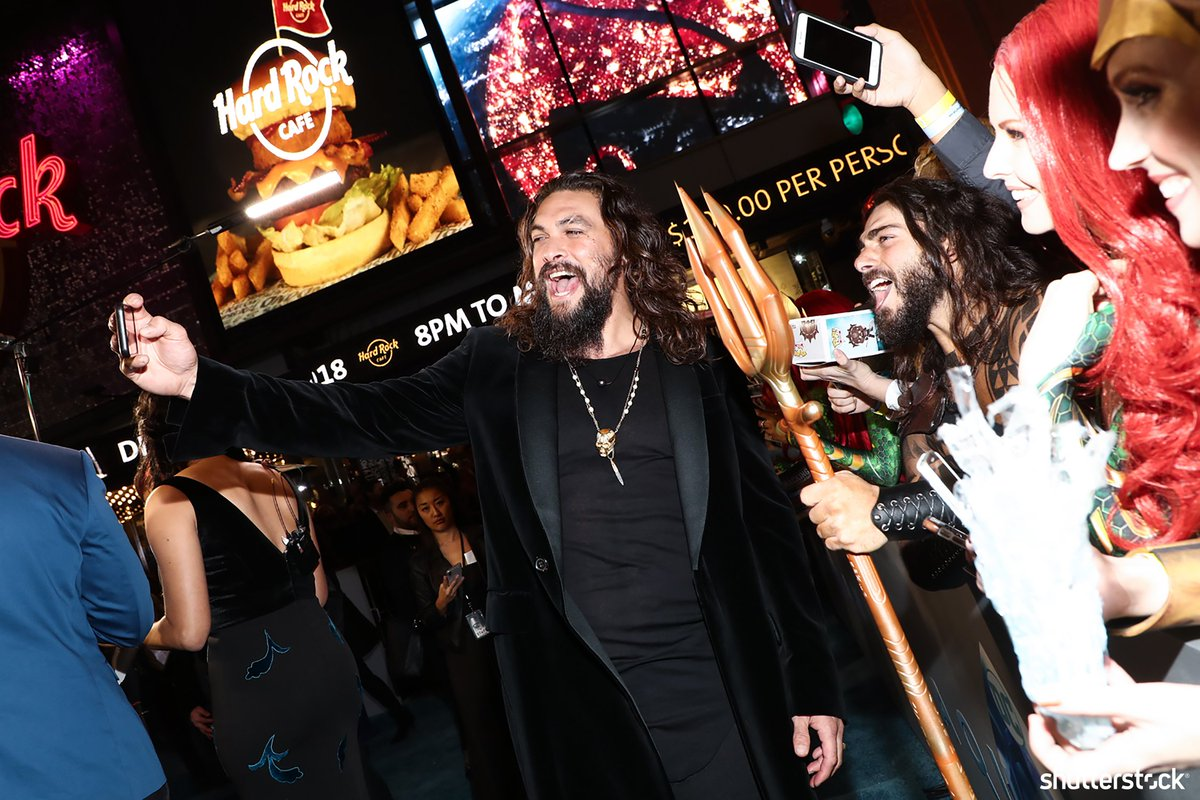Actor #JasonMomoa takes a selfie with fans + more from the premiere of #AQUAMAN shutr.bz/2EhUh4l | 📸 John Salangsang/Variety/Shutterstock