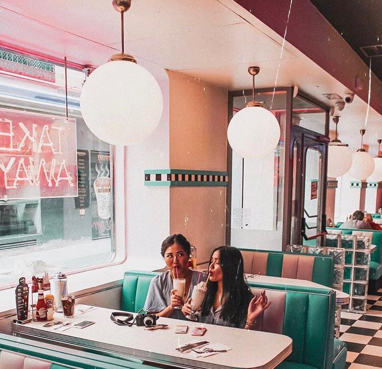 """Quédate con quien te diga """"Sí, quiero"""", cuando quieras disfrutar en #TommyMels de tu #milkshake favorito😜 https://t.co/kJtHCQsrMK Pic de @jobiizza #TommyMels #AmericanRestaurant https://t.co/0qb8Y1JUZ7"""