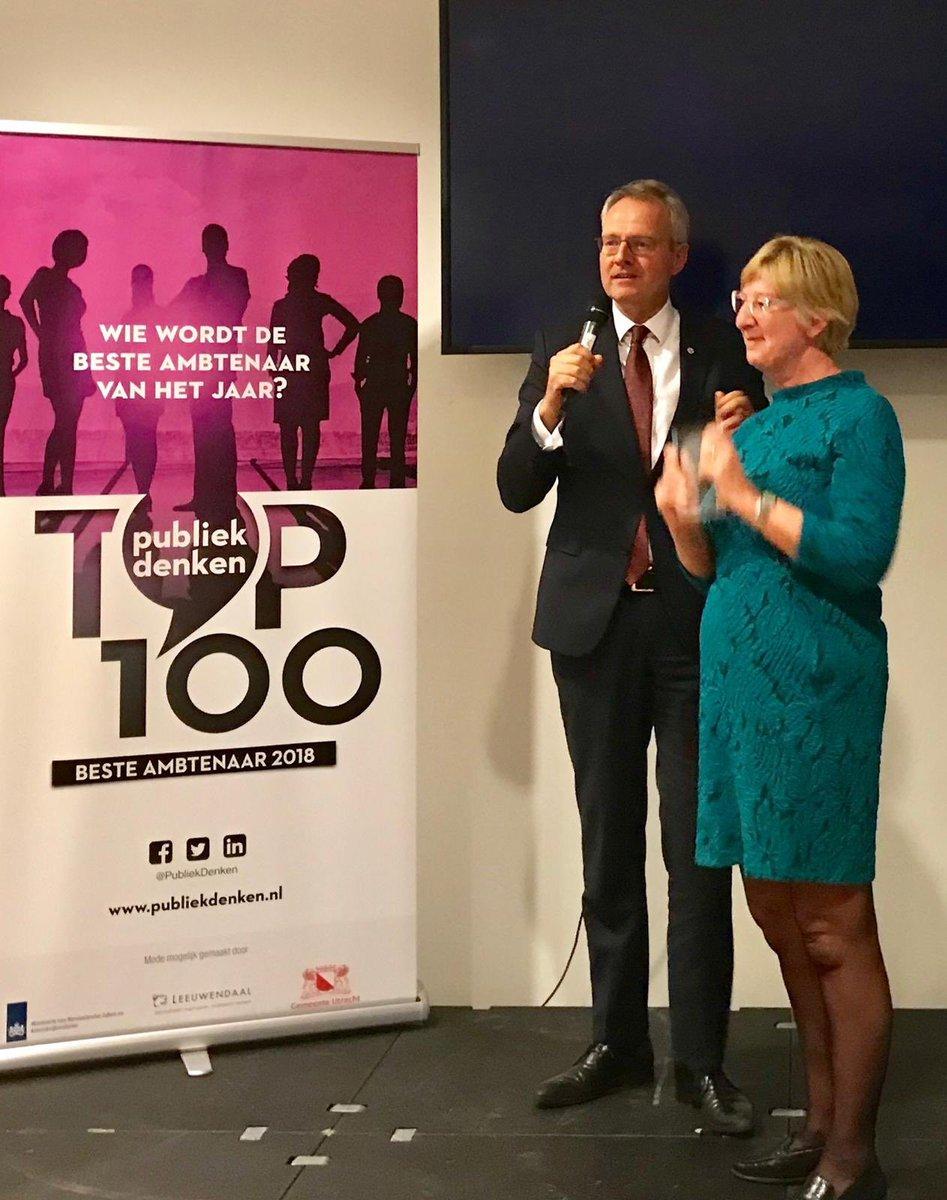 Bij @minbz wordt door medewerkers hard gewerkt, wereldwijd en in alle tijdzones. Blij dat een van deze harde werkers de publieksprijs 'Ambtenaar van het Jaar 2018' won: Tessa Martens zorgt dagelijks met veel toewijding voor Nederlanders in het buitenland. #Gefeliciteerd, Tessa!