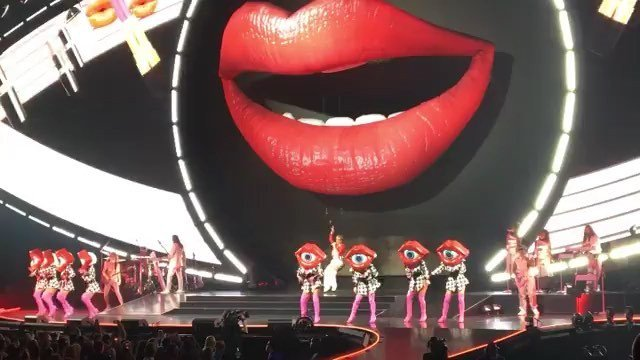 A tasty Katy Perry snack for our 30ft lips #katyperry #inflatable #setdesign #stagedesign #productiondesign #witnessthetour . .#Repost @riicky5 @katyperry #katyperrywitnesstour #popmusic #yas #katyperryconcert #music #bayarea #instadaily #instalike #instagood #kiss #ikiss…pic.twitter.com/F7TdBXgLiS