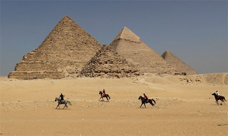 #Egypt arrests two suspected of aiding couple who climbed, posed #nude on #pyramid https://t.co/ETpG5xY12M #Pyramids