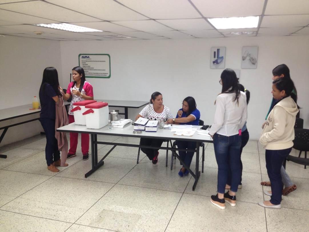 """#IVSS en la vanguardia con el plan de vacunación, se beneficiaron este #06Dic a los trabajadores de la empresa Alpla de Venezuela C.A. Una vez más el personal del Ambulatorio """"Dr. Luis Izaguirre Rodríguez"""" Impartiendo salud y prevención a la clase obrera. #Carabobo @magallyvina"""