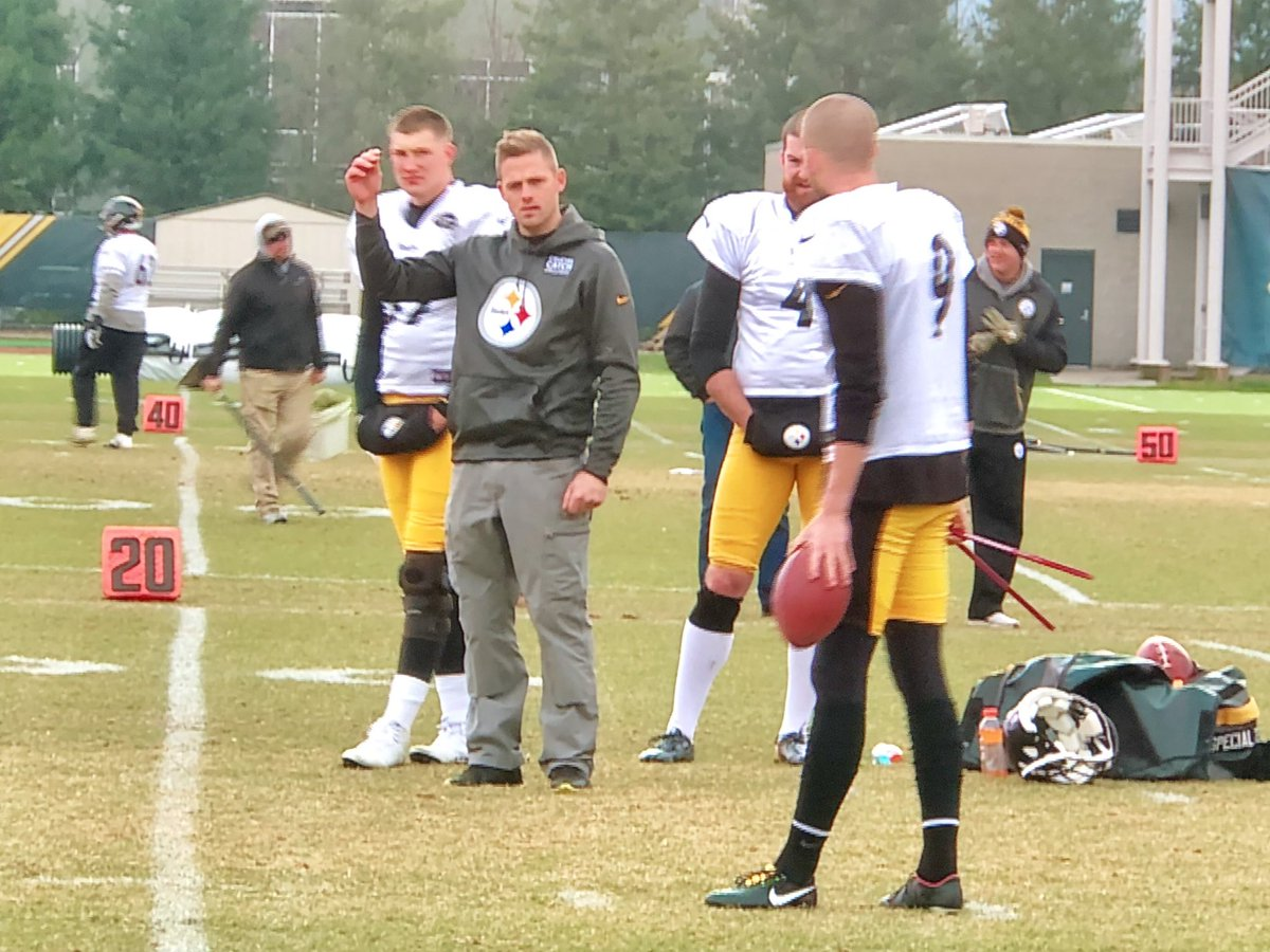 Shaun Suisham, who was the #Steelers kicker from 2010-2015, spent practice w/ his replacement today. Chris Boswell, who yesterday acknowledged both mechanical and mental woes, listened attentively. <br>http://pic.twitter.com/yTXWDZ8lRL