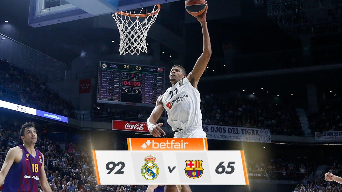 👊 ¡FINAL! ¡El Clásico de @EuroLeague es nuestro! Un magnífico 2do cuarto (31-13) nos dio una cómoda ventaja que supimos gestionar para llevarnos el partido.   #RMBaloncesto 92-65 @FCBbasket  #GameON #HalaMadrid