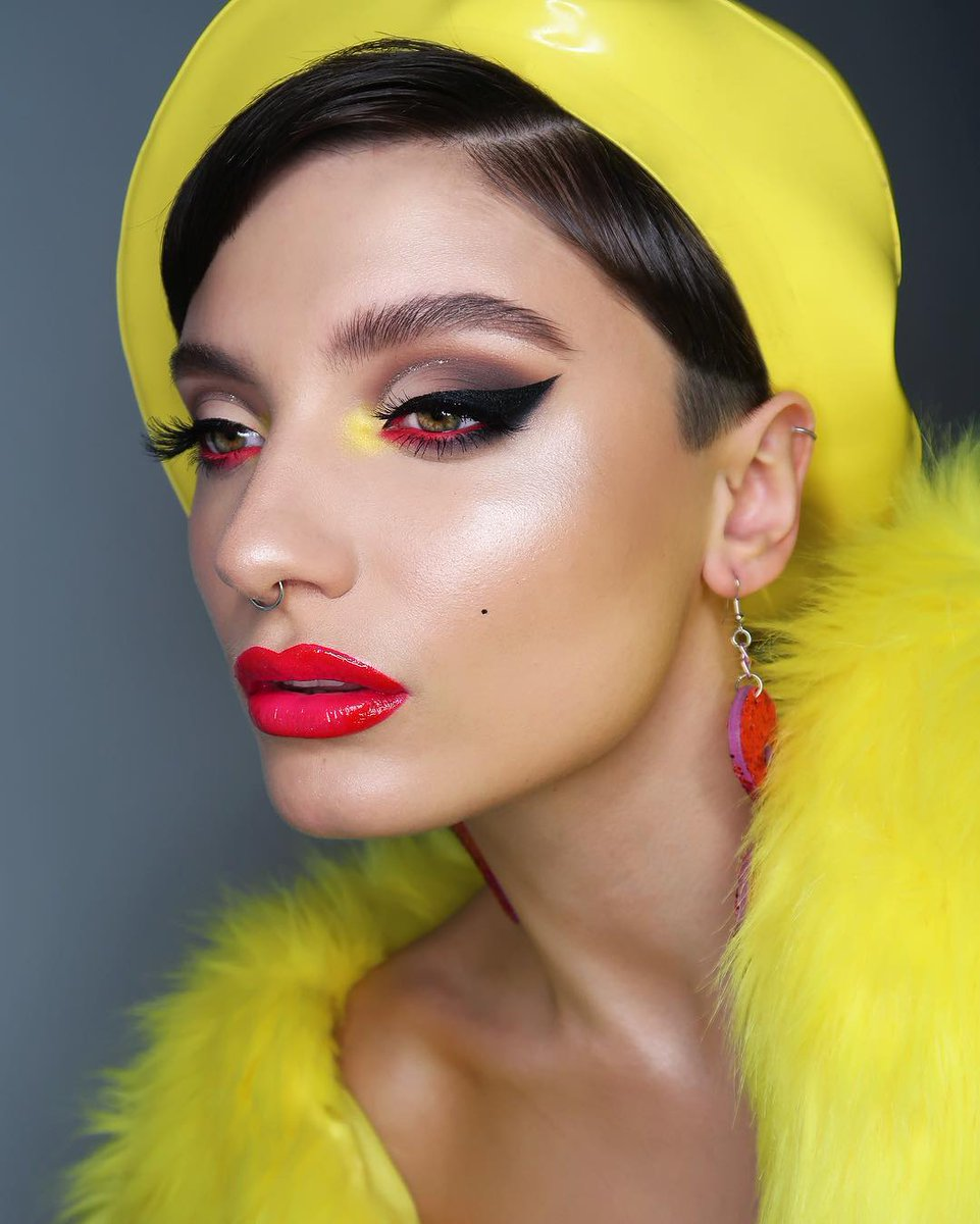 Look at that POP of color 😍🙌🏽 @pennold wearing Swoon Lip Liner and Backstage Bambi Liquid Lipstick. 💄