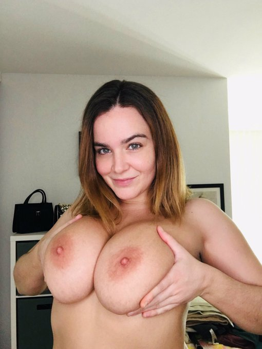 2 pic. Hey Lovers! 🥰 Don't forget to come see me on cam today at 430 PST! 🥳 #boobs https://t.co/S045