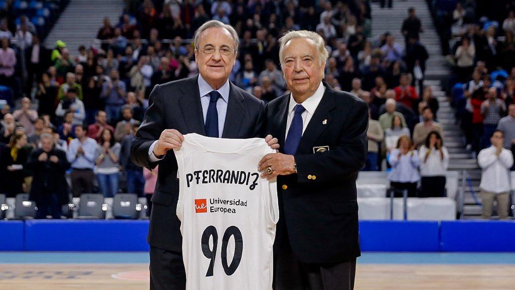 📸👏🏼 El #RMBaloncesto rindió homenaje a Pedro Ferrándiz antes de disputar el Clásico.   #HalaMadrid