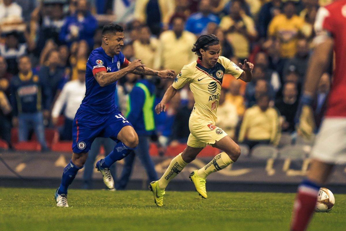 'Cata' Domínguez y Diego Laínez pelean por el esférico