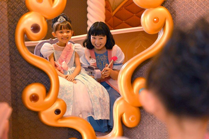 153f7cdcc88df3 【みんなの夢がかなう場所】 東京ディズニーリゾート内にある、ディズニープリンセスに変身したいお子さまの夢がかなうビューティーサロン、「ビビディ・バビディ・  ...