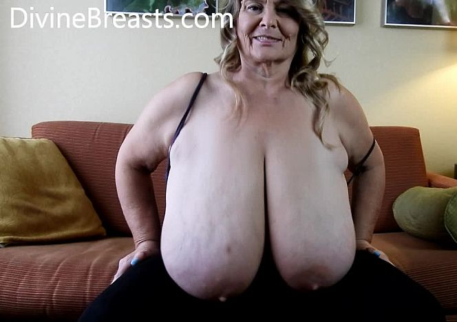 @BustySarah40M Juggling Her Giant Jigglers see more at https://t.co/rlDrp2nBIl https://t.co/n0b47a59