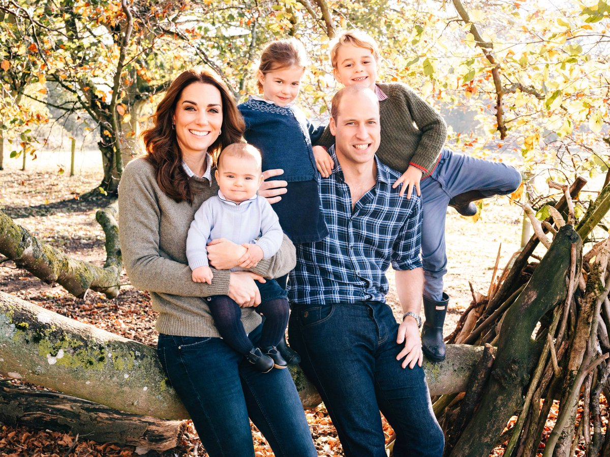 We can't deal 😭 The Royals have released this years Christmas card 😍❤️️