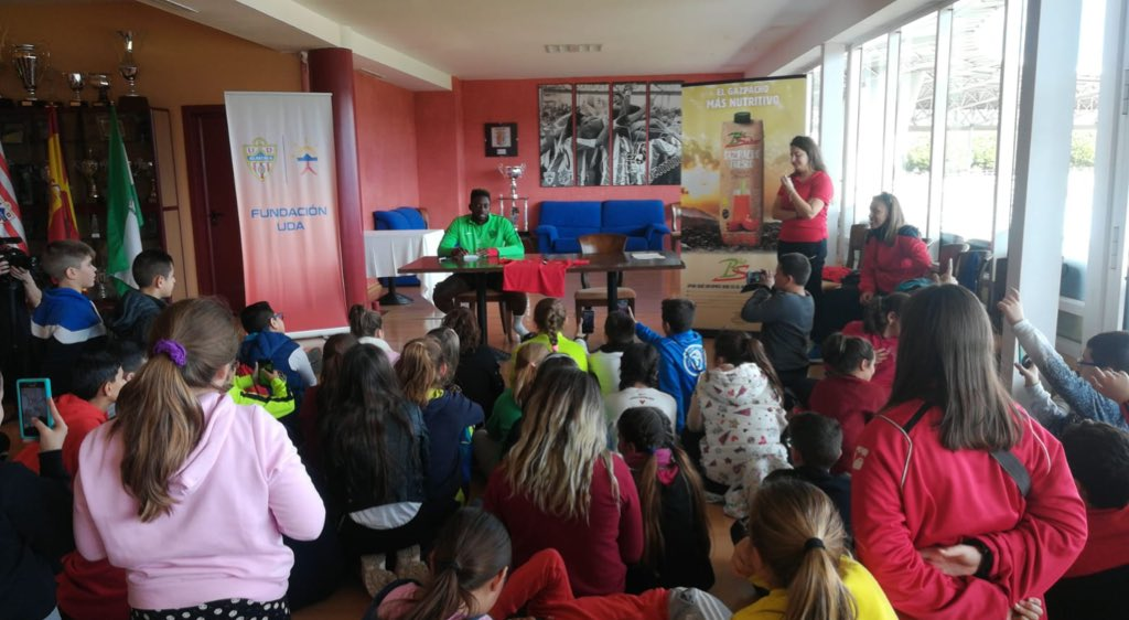 #AulasRojiblancas | Hoy los alumn@s de la Escuela Francisco de Goya de Almería han podido conocer a @yanbriceeteki , jugador de la primera plantilla #FundaciónUDA