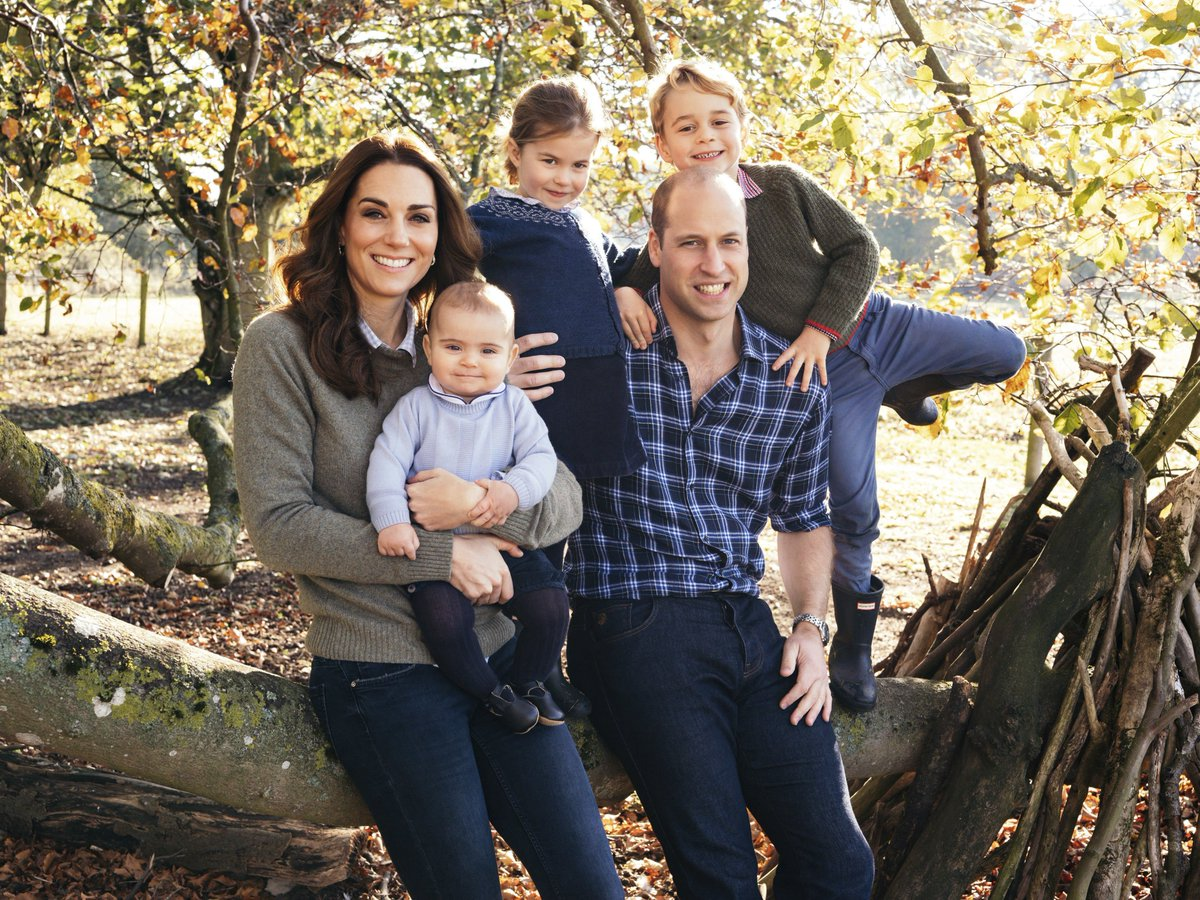 The photos featured on the British royal family Christmas cards have arrived, and we can't get enough of our favorite royals https://t.co/FahHirWEtO→  (📸: Kensington Palace)