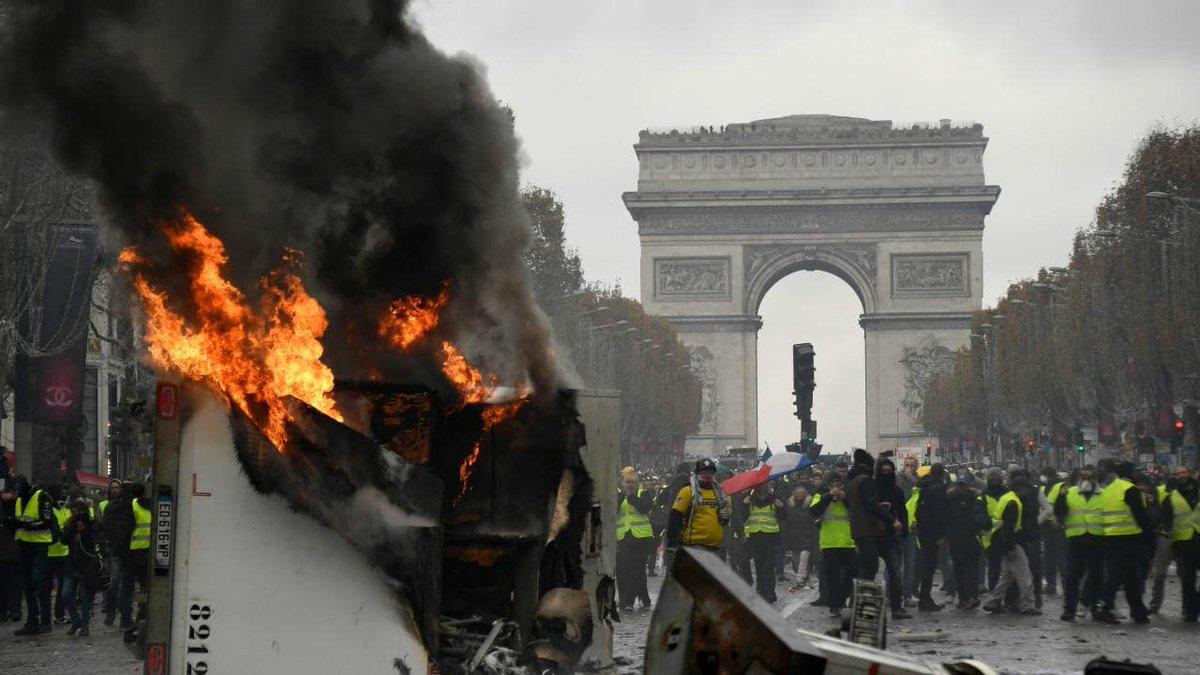 🔴 INFO - #Economie: A la veille de 'l'acte V' des manifestations des #giletsjaunes, les commerçants autour des Champs-Élysées déplorent la chute spectaculaire de fréquentation des touristes étrangers, semaine après semaine (AFP).' #ChampsElysées  #15Décembre