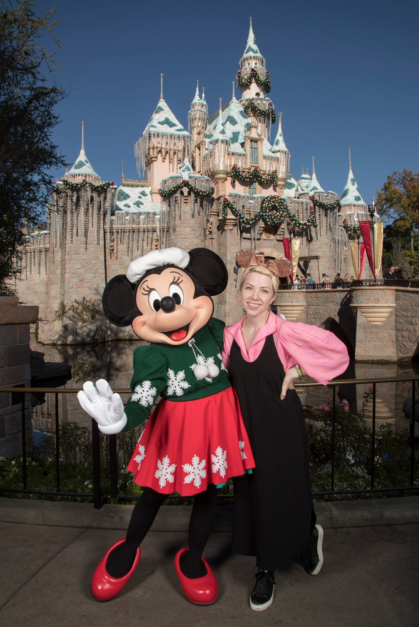 Just two gals catching up. ☺️ @Disneyland #DisneylandHolidays https://t.co/hJ6BPyWBJO
