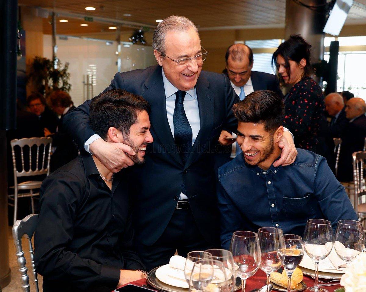 En la cena de Navidad del @realmadrid, #FlorentinoPérezse acercó a @isco_alarcon para darle una muestra de cariño en el momento más complicado que pasa el malagueño desde que es jugador del#RealMadrid. #RealMadridCenaDeNavidad #Isco #IscoPierdeSuMagia #HalaMadridYNadaMás
