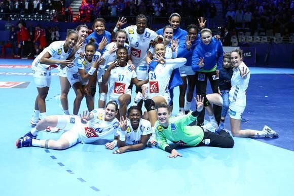 Elles l'ont fait 😍 !!! Bravo à notre magnifique Équipe de France de handball qui se qualifie pour la finale de son euro #EHF2028 ! Rendez-vous demain 17h30 face à la Russie pour aller chercher un titre #Handballissime 🤾♀🇫🇷💪 #BleuetFier @FRAHandball