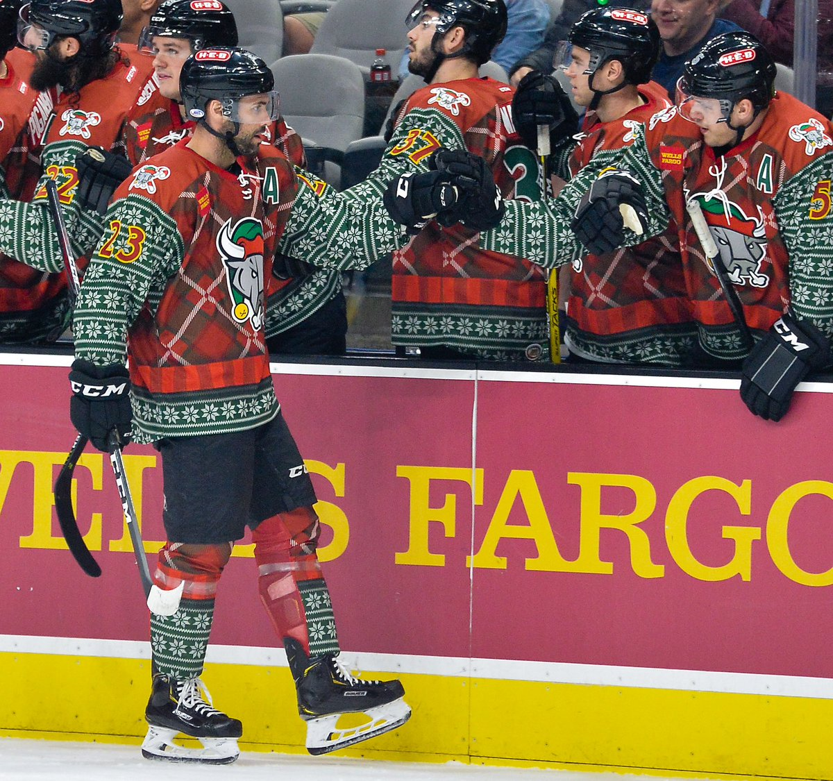 These ugly sweaters are the very best gift that the @sarampage could have given us. 🎁 https://t.co/EN4c8J1rKh