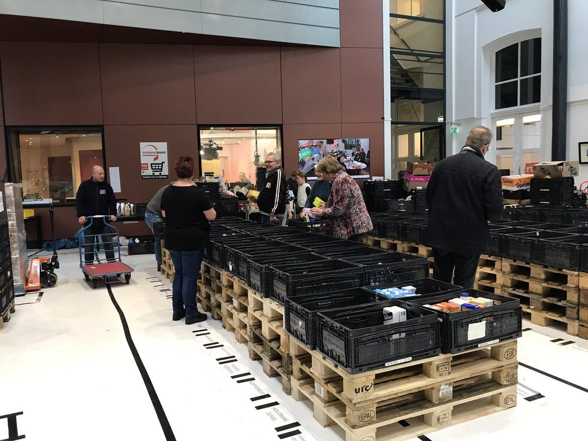 De laatste loodjes van de #rtvdrenthe voedselbankactie #vb18.  Alles sorteren in het pand van de omroep, zodat het maandag naar de Drentse voedselbanken kan. Topopbrengst van ruim 211.000 euro. https://t.co/bviEDHX6DF