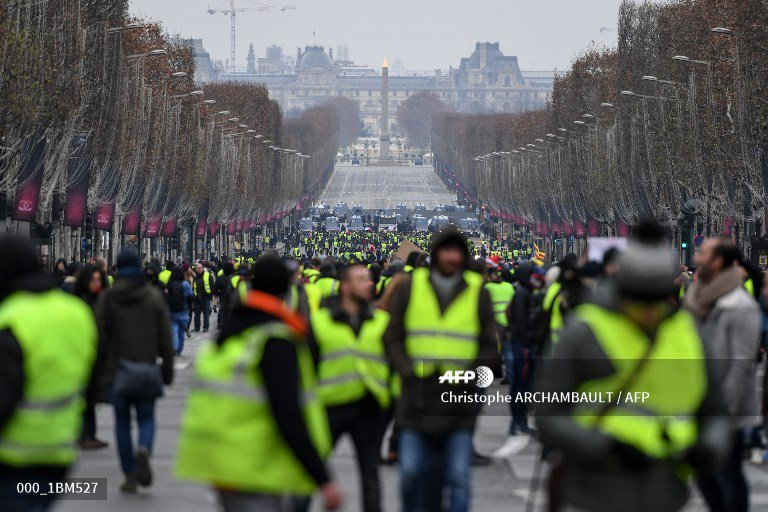 🇫🇷 France's 'yellow vest' protests decline on decisive weekend. #AFP 📸  @zakria_alkafi 📸 Christophe Archambault  📸 @LucasBarioulet  #YellowVest #GiletsJaunes