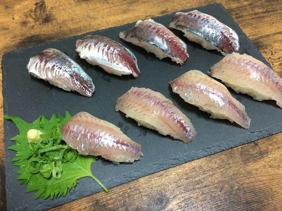test ツイッターメディア - 釣った魚は美味しく食べること。  #アジ と #ムツ の握り寿司を作りました!  ど素人ですがそれなりに見えますよね?  それなりに見えるカラクリは実は下のお皿!  #ダイソー の #スレートプレート  おススメです!  今回のまとめはコチラ https://t.co/WrehppHpQp  #アジング #釣り水族館 https://t.co/8mscWqBTkv