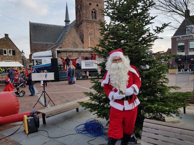 Naaldwijk... Rotary Santa Run 🎅  gaat zo van start op het Wilhelminaplein. https://t.co/8txB126UEt