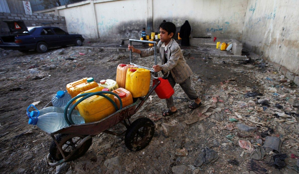 """#Yemenis Speak Out: """"Families have nothing to eat; people are eating leaves. There is no urgent effort to help these people."""" buff.ly/2QYmjbS #YemenCantWait"""