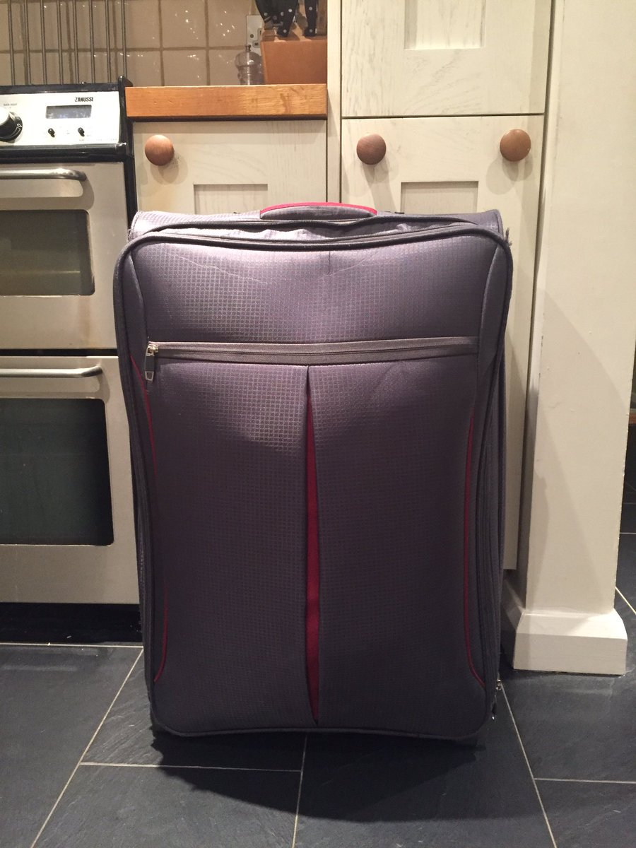 Picked up the wrong case on National Express coach 230, Leicester to Heathrow this morning (15/12/18) pls RT my case is full of Xmas presents 😭 case is identical to this hence the mixup, think they got off at T5 @HeathrowAirport poss Uni of Notts student !