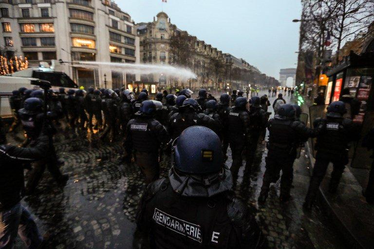 Quelques heurts entre gilets jaunes et forces de l'ordre sur les Champs-Elysées. Un canon à eau utilisé pour disperser les manifestants ► https://t.co/cgCiuXo36E #GiletsJaunes #ActeV #15Decembre