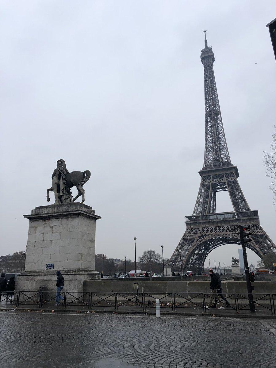 Un #Paris désert.. fermé et pluvieux.. ça ne sent pas les fêtes de Noël 🤶🎄 .....