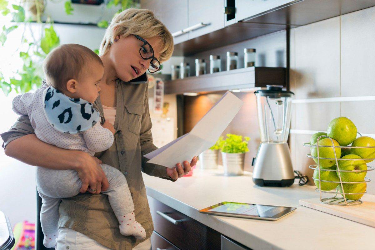 Мамочка заработалась на кухне