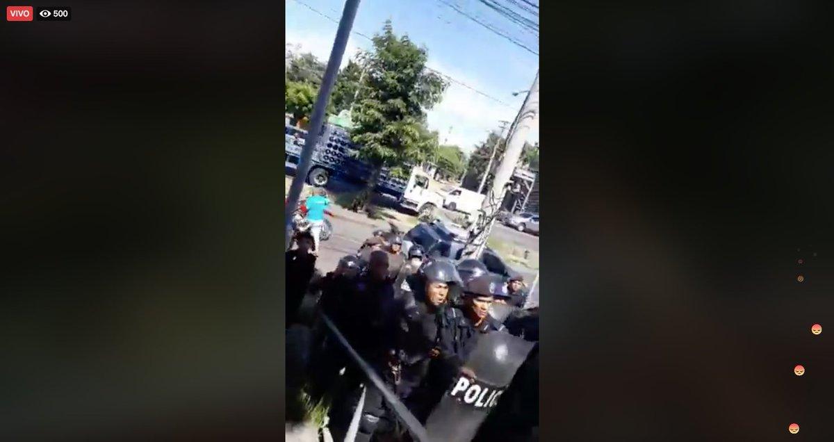 #ÚltimoMinuto | Policía Orteguista despliega a antimotines y agreden a periodistas que llegaron a dar cobertura a la denuncia de Carlos Fernando Chamorro por la toma de Confidencial. Unite aquí >> https://t.co/ZBfyoP4nIW