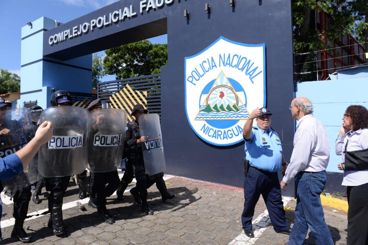 Así fueron agredidos un grupo de periodistas que exigían una respuesta a la Policía Orteguista por la toma del medio de comunicación independiente @confidencial_ni >> https://t.co/fzudJwmITS
